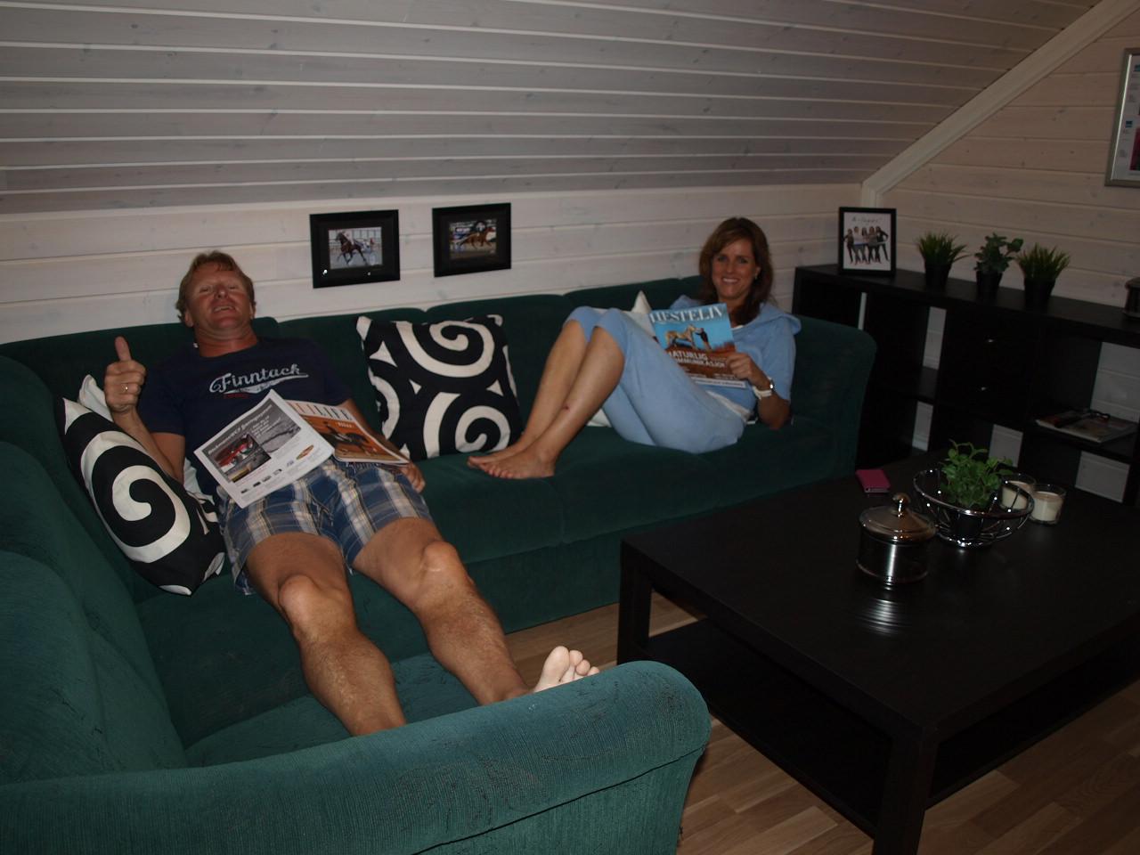 Fra stuen, sofawn vi fant på Finn er glimrende å slenge seg nedpå!