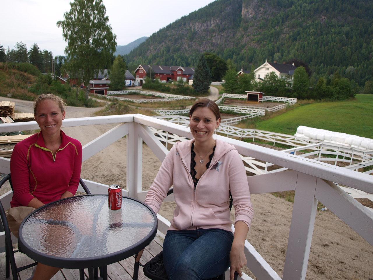 Fra verandaen kan man følge med på livet på gården, og nyte en Cola eller noe annet leskende..!:)