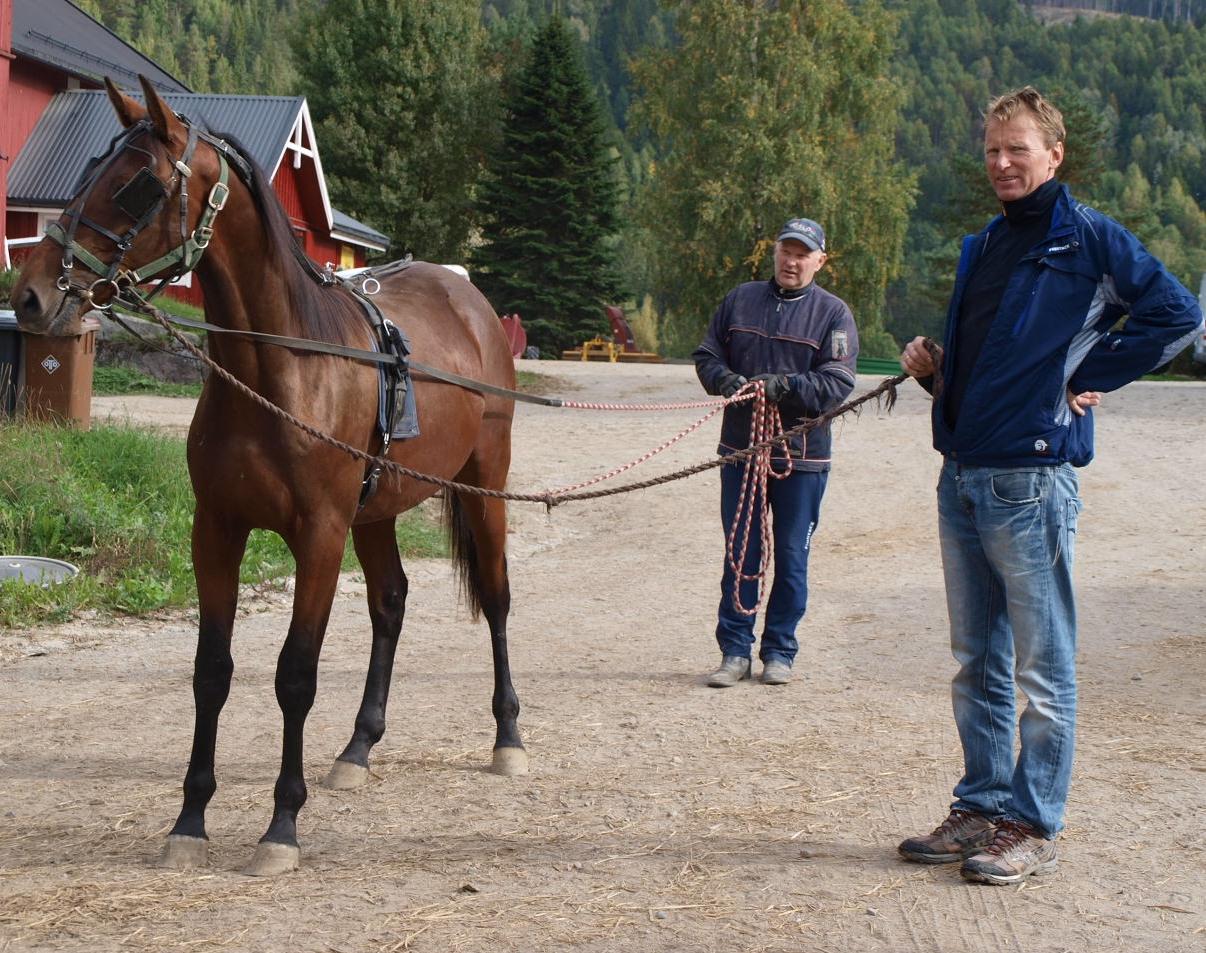 Leif Gustav tomkjører en av 1. klassingene, med Trond som leiehjelp.