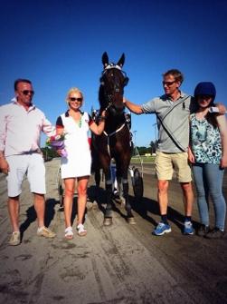 3-årige Crunch Classic debuterte med seier på Jarlsberg, her flankeres han av eier familie Hans Kristian Hansen, Trond og oppasser Kristine.