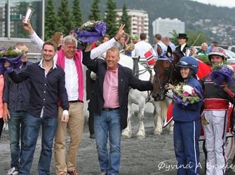En stor dag for denne gjengen! Eierne til Thai Broadway er hovedsakelig fra Bergen, så gjett om det var høy stemning på seremoniplass! (Her fra seieren i Kronprins Haakons Pokalløp, hvor stemningen heller ikke var så verst...!)